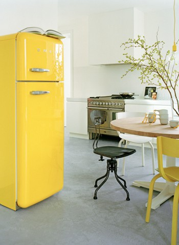 Keltainen Smegin jääkaappi