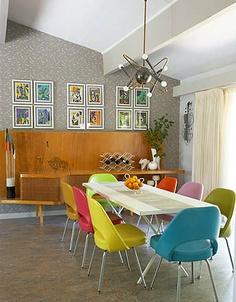 värikkäät tuolit ja puukaappi