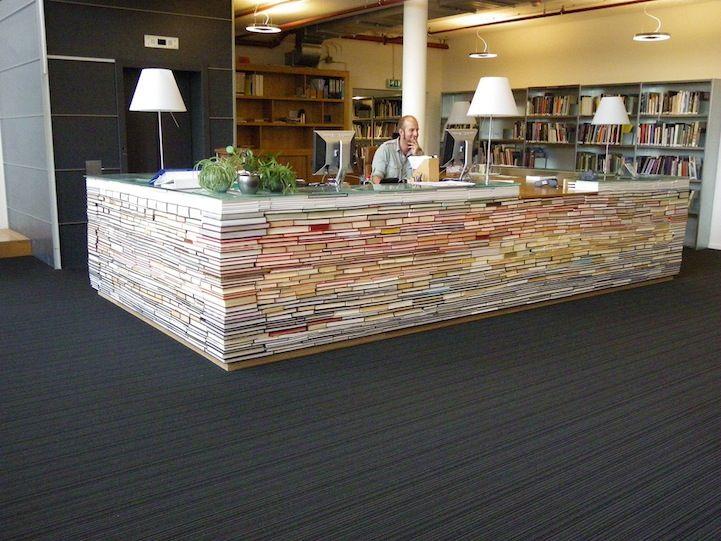 kirjaston tiski