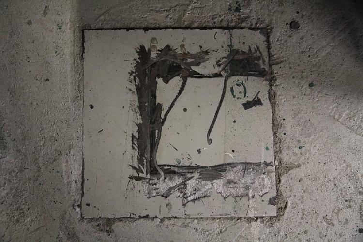 metalliluukut betonilattiassa